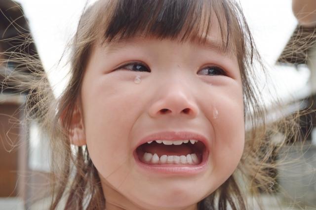 泣いている小さい女の子
